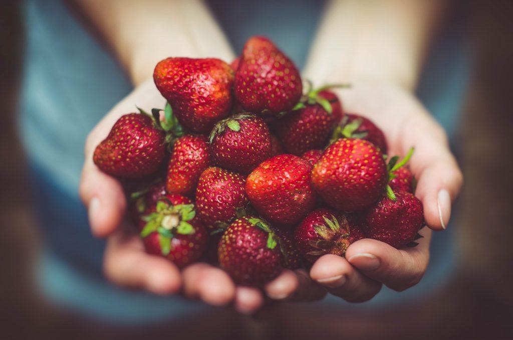 smoothie aux fraises, mangue, orange et yaourt